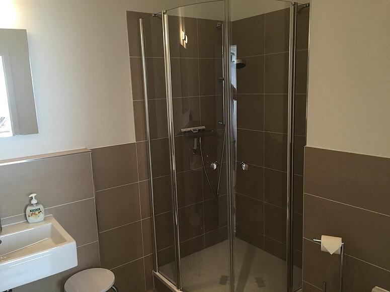 """Großzügiges Badezimmer mit Dusche und WC"""""""