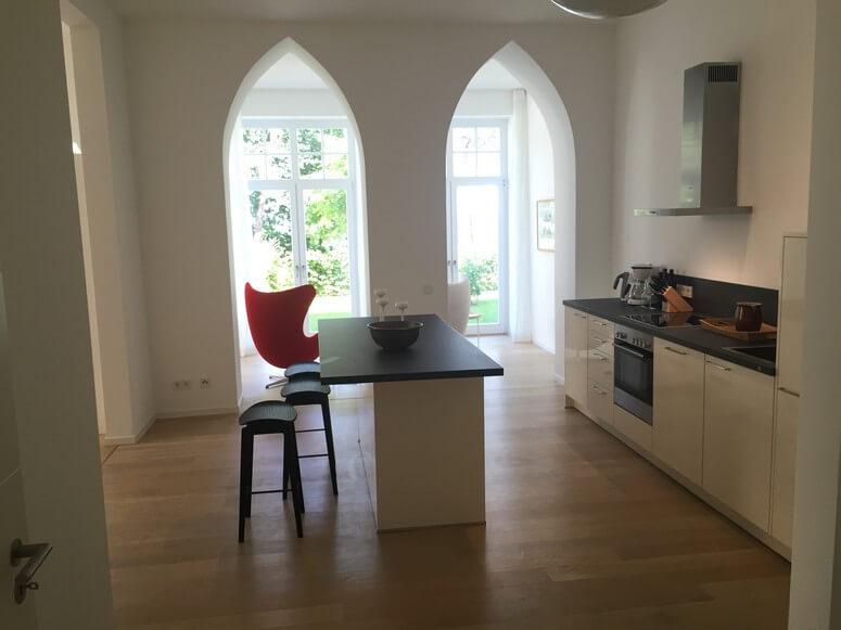 Blick von der Küche in den Garten und an den Strand
