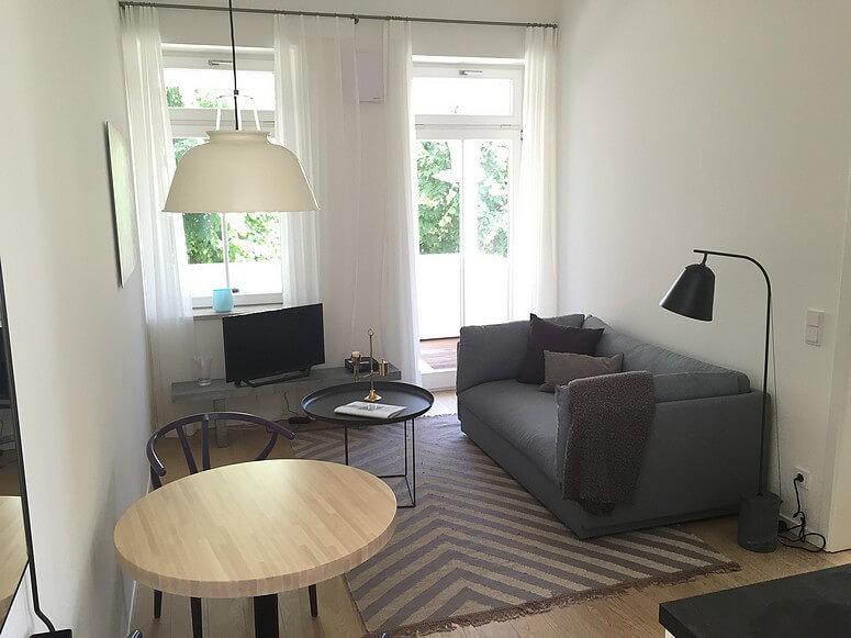 Wohnzimmer mit Sofa und TV